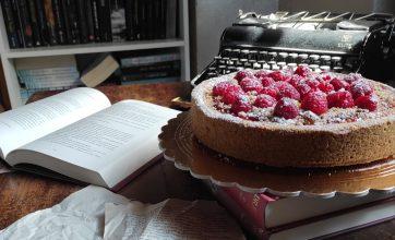 La ricetta del romanzo perfetto… e della crostata cheesecake ai lamponi